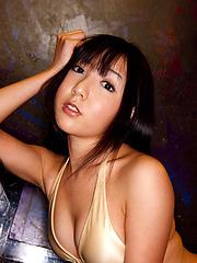 Beautiful asian fox shows off her plump round bottom in bikini