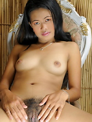 Young Zandra spreads the lips of her brown pussy for our voyeuristic pleasure