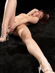 Alone japanese model Hirako Saori touching her pussy