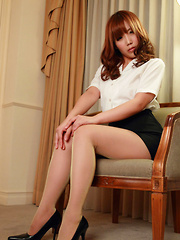 Kurumi Kisaragi Asian on heels shows sexy legs in office outfit
