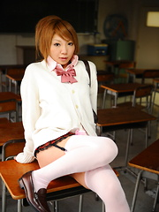 Sexy babe Rui Hazuki shows her butt in school